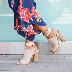 Marc Fisher Tan Vashi ankle straps heels Sandal 10